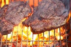 Viande de nourriture - nervurez le bifteck de boeuf d'oeil sur des WI de gril de barbecue d'été de partie images libres de droits