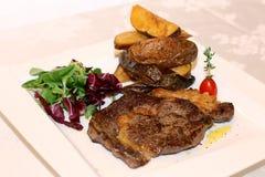 Viande de porc avec des pommes de terre et des herbes Image stock