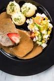 Viande de porc avec de la sauce, les pommes de terre et la salade, partie de portion de restaurant photos libres de droits