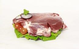 Viande de porc crue sur la salade décorative Photo stock