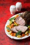 Viande de porc cuite au four avec des légumes images stock
