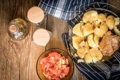 Viande de porc cuite servie avec des pommes de terre Images stock