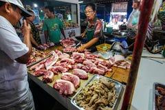 Viande de porc fraîche de achat du négociant local photographie stock libre de droits