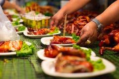 Viande de portion de vendeur dans des plats à la nourriture thaïlandaise de rue image stock