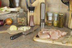 Viande de poulet de travail, découpant le blanc en tranches de poulet, table de cuisine Photo libre de droits