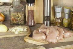 Viande de poulet de travail, découpant le blanc en tranches de poulet, table de cuisine Images stock