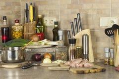 Viande de poulet de travail, découpant le blanc en tranches de poulet, table de cuisine Photos stock