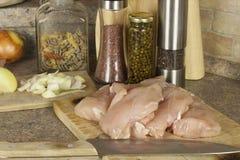 Viande de poulet de travail, découpant le blanc en tranches de poulet, table de cuisine Photos libres de droits