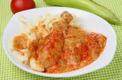Viande de poulet en sauce à poivron rouge avec des pâtes image libre de droits