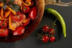 Viande de poulet frit avec les légumes frais Photos stock