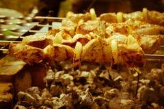 viande de rôti sur des brochettes sur le feu ouvert Photos stock