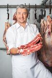 Viande de Showing Fresh Red de boucher Photo libre de droits