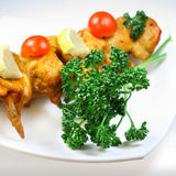 Viande du gril du poulet avec le persil Photos libres de droits