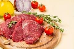 Viande en sel et poivre d'un plat rond Photographie stock libre de droits