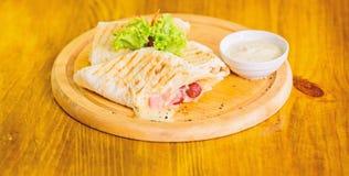 Viande envelopp?e avec le burrito de lavash Cuisine traditionnelle de repas de restaurant La tortilla de Burrito a servi le conse images stock
