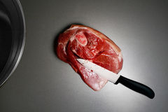 Viande et couteau en céramique Photo stock
