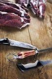Viande et couteaux sur un plan en bois photos libres de droits