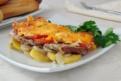 Viande et fromage avec des pommes de terre Photographie stock libre de droits