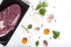 Viande et herbes crues de boeuf avec des légumes Photographie stock