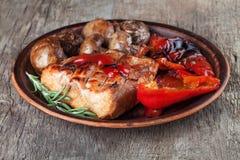 Viande et légumes cuits sur le barbecue Images libres de droits