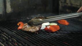 Viande et légumes de cuisinier de chef sur le gril Partie de BBQ banque de vidéos
