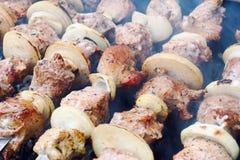 Viande et oignon sur des brochettes Image libre de droits