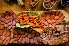 Viande et plateau d'apéritifs Images libres de droits