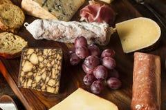 Viande et plateau de fromages de fantaisie avec le fruit Images stock