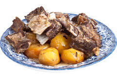 Viande et pommes de terre grillées d'un plat d'isolement sur le fond blanc Images libres de droits