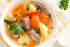 Viande et potage aux légumes Image stock