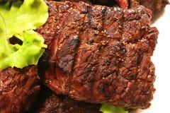Viande et salade verte rôties au-dessus de blanc Photographie stock