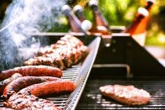 Viande faisant cuire sur le gril de barbecue pour la partie extérieure d'été Ba de nourriture Photos libres de droits