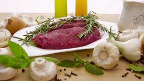 Viande fraîche avec des légumes clips vidéos
