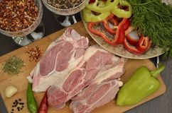 Viande fraîche avec des légumes et des épices images stock