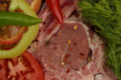 Viande fraîche avec des légumes et des épices photo stock