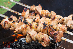 Viande fraîche grillée sur des brochettes jusqu'au brun d'or Images stock