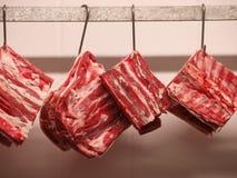 Viande fraîche s'arrêtant sur des crochets images libres de droits