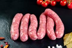 Viande fraîche crue et Saucisses fraîches et viande de poulet prête à cuisiner Photo stock
