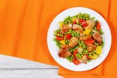 Viande frite avec les pois, oignon, paprikas Image libre de droits
