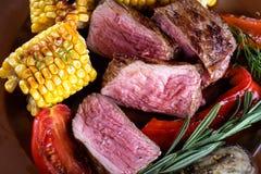 Viande frite coupée en tranches avec des légumes Photos libres de droits