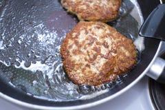 Viande frite dans une casserole Côtelettes frites de boeuf pour des hamburgers Comment faire un hamburger photos stock