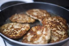 Viande frite dans une casserole Côtelettes frites de boeuf pour des hamburgers Comment faire un hamburger images libres de droits