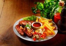 Viande, fritures, Veggies et fromage gastronomes de plat Photos stock