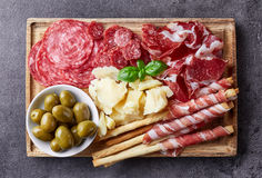 Viande, fromage et olives fumés froids photographie stock libre de droits