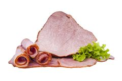 Viande fumée de porc décorée des feuilles de laitue D'isolement sur le fond blanc Photos stock