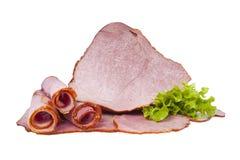 Viande fumée de porc décorée des feuilles de laitue D'isolement sur le fond blanc Images libres de droits