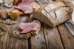 Viande fumée sur le pain fait maison image libre de droits
