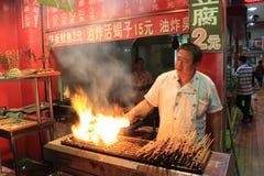 Viande grillée au marché de nourriture de nuit à Pékin image libre de droits