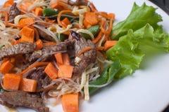 Viande grillée avec des carottes photographie stock libre de droits