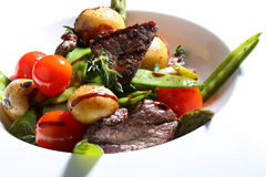 Viande grillée avec les légumes grillés Photos stock
